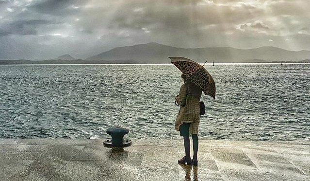 dibujo de hombre bajo la lluvia