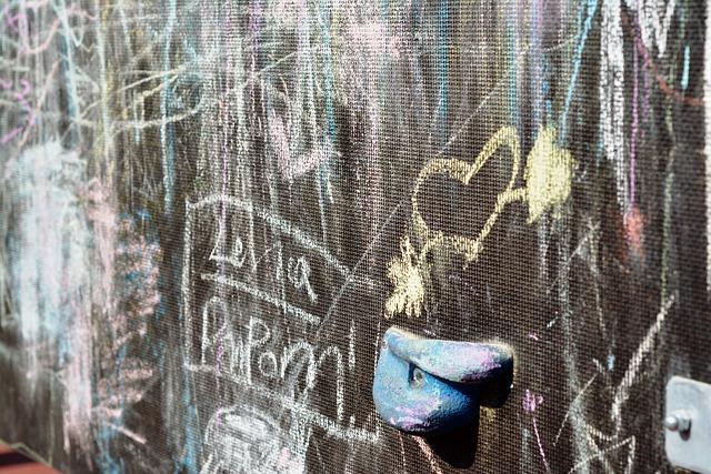 niños pinten paredes